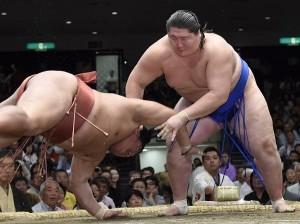 O mongol Ichinojo, à direita. Foto: Mainichi
